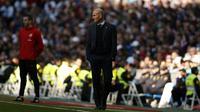 Gaya pelatih Real Madrid, Zinedine Zidane saat memimpin timnya melawan Alaves pada La Liga Santander di Santiago Bernabeu stadium, Madrid, (24/2/2018). Real Madrid menang 4-0. (AP/Francisco Seco)