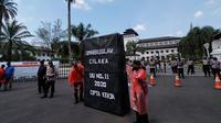 Sekitar 300 massa serikat buruh se-Jawa Barat memperingati May Day atau Hari Buruh Internasional dengan menggelar aksi di depan Gedung Sate, Kota Bandung, Sabtu (1/5/2021). (Liputan6.com/Huyogo Simbolon)