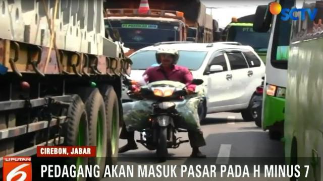Padatnya arus kendaraan tak mempengaruhi para pedagang yang membuka lapak di pinggir jalan.