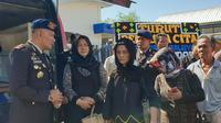 suasana haru warnai penjemputan jenazah Briptu Heidar di Bandara Internasional Sultan Hasanuddin Makassar (Liputan6.com/ Eka Hakim)