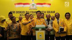 Ketum Partai Golkar Airlangga Hartarto (tengah) bersama sejumlah pengurus membuka diskusi BALITBANG Partai Golkar di Jakarta, Kamis (14/2). Diskusi ini digelar jelang debat kedua calon presiden. (Liputan6.com/JohanTallo)