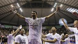 Pebasket Stapac Jakarta, Muhammad Thoyib, merayakan gelar juara usai mengalahkan Satria Muda Jakarta pada laga final IBL 2019  di C-Tra Arena, Bandung, Sabtu (23/3). Stapac menang 74-56 atas Satria Muda. (Bola.com/M Iqbal Ichsan)