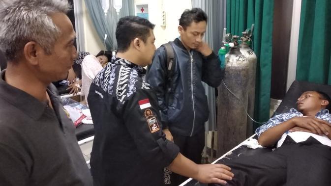 Dua petugas KPPS di Kabupaten Bogor, Jawa Barat pingsan saat penghitungan suara. (Liputan6.com/Achmad Sudarno)