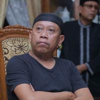 Tukul Arwana berusaha tetap tegar saat sang istri sudah meninggal pada Selasa (23/8/2016). (Andy Masela/Bintang.com)