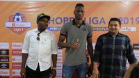 Amido Balde (tengah) diperkenalkan sebagai pemain baru PSM Makassar di Stadion Andi Mattalatta Mattoangin, Sabtu (31/8/2019). (Bola.com/Abdi Satria)