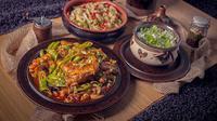 Berbagai macam makanan khas Uyghur yang didominasi dengan daging domba. (dok. instagram.com/josefthefoodguy/https://www.instagram.com/p/BpefPBvBe7l/Esther Novita Inochi).