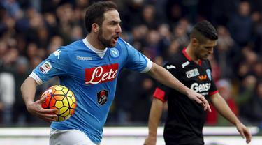 Gonzalo Higuain mencetak gol ke gawang Empoli