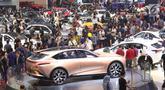 Pengunjung memadati area pameran Gaikindo Indonesia International Auto Show (GIIAS) 2019 di ICE BSD, Tangerang, Sabtu (20/7/2019). Akhir pekan dimanfaatkan warga untuk mengunjungi pameran otomotif GIIAS 2019 terlihat dari padatnya pengunjung di setiap stan. (Liputan6.com/Angga Yuniar)