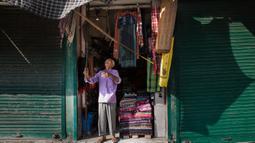 Seorang penjaga toko membuka tokonya di sebuah pasar di Kota Anantnag, sekitar 60 kilometer sebelah selatan Kota Srinagar, ibu kota musim panas Kashmir yang dikuasai India, pada 17 Agustus 2020. (Xinhua/Javed Dar)
