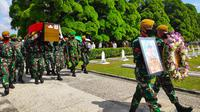 Prajurit TNI di Pekanbaru mengiring peti jenazah Pelda Anumerta Rama memasuki Taman Makam Pahlawan Kusuma Dharma. (Liputan6.com/M Syukur)
