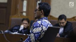 Terdakwa dugaan gratifikasi dan suap pengesahan APBD Provinsi Jambi, Zumi Zola saat sidang tuntutan di Pengadilan Tipikor, Jakarta, Kamis (8/11). Zumi Zola dituntut 8 tahun penjara denda Rp 1 miliar subsider 6 bulan. (Liputan6.com/Helmi Fithriansyah)