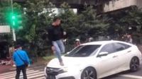 mobil diinjak pejalan kaki (foto: instagram/@erik.eazy)