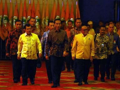 Presiden Jokowi didampingi Wapres Jusuf Kalla (JK) dan Ketua Umum Golkar Aburizal Bakrie menghadiri pembukaan Munas Luar Biasa (Munaslub) Golkar di Bali Nusa Dua Convention Center, Bali, Sabtu (14/5).  (Liputan6.com/Johan Tallo)