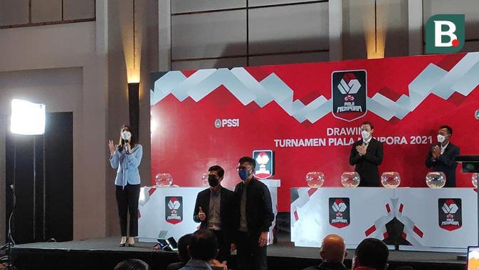 Perwakilan Persija Jakarta, Bambang Pamungkas (kiri) dan perwakilan Persib Bandung, Teddy Tjahjono dalam drawing Piala Menpora. (Bola.com/Muhammad Adiyaksa).