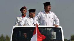Ditemani wakilnya, Hatta Rajasa, mantan Danjen Kopassus itu tampak menaiki mobil jeep terbuka untuk mengecek kesiapan pasukan, Bogor, Minggu (17/8/14). (Liputan6.com/Johan Tallo)
