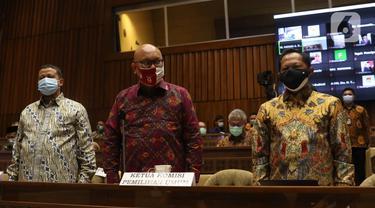 Mendagri Tito Karnavian (kanan), bersama Plt Ketua KPU Ilham Saputra (tengah) dan Ketua Bawaslu Abhan menghadiri rapat dengar pendapat dengan Komisi II di gedung DPR RI, Jakarta, Selasa (19/1/2021). Rapat membahas evaluasi pelaksanaan Pilkada 2020. (Liputan6.com/Angga Yuniar)