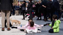 Seorang anak yang merupakan penari melakukan pemanasan sebelum mengikuti pameran tarian klasik dalam perayaan Month of The Dance di Basque, Spanyol (26/3). (AFP/Ander Gillenea)