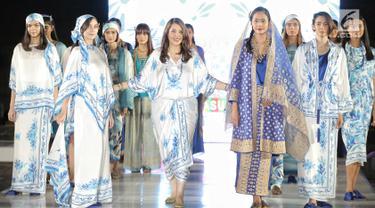 Sejumlah model memeragakan busana rancangan desainer Ghea Panggabean dalam acara budaya perempuan Supreme Indonesia di Silang Monas, Jakarta, Selasa (31/7). Sebanyak 25 koleksi rancangan Ghea ditampilkan dalam acara tersebut. (Liputan6.com/Faizal Fanani)