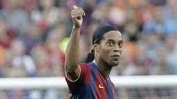 5. Ronaldinho - Tampil apik saat menghajar Real Madrid 3-0 pada laga El Classico di Bernabeu. Bukannya sorakan yang ia dapatkan, malah tepuk tangan kekaguman yang diberikan Madridista kepada pemain ramah tersebut. (AFP/Josep Lago)