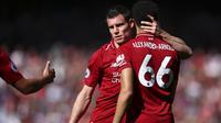 Gelandang Liverpool, James Milner, menguatkan Trent Alexander-Arnold usai gagal meraih gelar juara Premier League di Stadion Anfield, Minggu (12/5). Liverpool menyudahi musim ini di peringkat kedua klasemen Premier League dengan nilai 97. (AP/Dave Thompson)