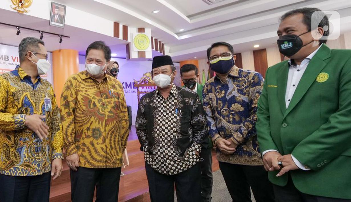 Menko Bidang PerekonomianAirlangga Hartarto (kedua kiri) berbincang dengan Direktur Operasional PT Askrindo, Erwan Djoko Hermawan (kiri) di sela-sela Pengenalan Kehidupan Kampus Mahasiswa Baru UMJ, Jakarta (15/09). Airlangga mendorong mahasiswa untuk memiliki jiwa wirausaha. (Liputan6.com/HO/Iqbal)