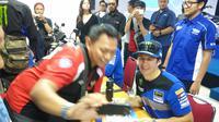 Pembalap Monster Energy Yamaha Factory MXGP Team asal Swiss, Jeremy Seewer berfoto bersama seorang fans-nya sebelum ajang MXGP 2019 seri ke-12 sirkuit Mijen, Semarang. (Bola.com/Vincentius Atmaja)