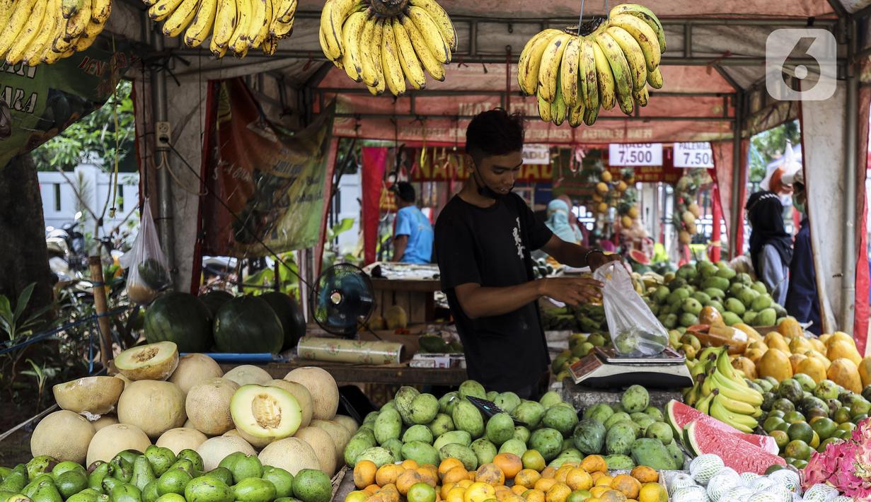 Pedagang menimbang buah di Pasar Mitra Tani (PMT) Pasar Minggu, Jakarta Selatan, Jumat, (7/5/2021). Sehubungan libur Idul Fitri 1442 H, PMT tutup sementara yakni dari tanggal 12-16 Mei 2021. (Liputan6.com/Johan Tallo)