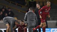 Bek Liverpool, Dejan Lovren (dua dari kiri) mengalami cedera saat bersua Wolverhampton Wanderers, di Stadion Molineaux, Selasa (8/1/2019) dini hari WIB.  (AFP / Paul Ellis)