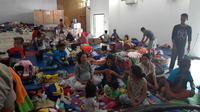 Ratusan orang pengungsi terdampak kerusuhan Wamena, Kabupaten Jawawijaya, berada di dalam sebuah gedung serbaguna milik TNI di wilayah Sentani, Jayapura.