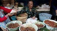 Berjualan di sebuah pos ronda di Jalan Sosrowijayan kota Jogja, ia diduga sebagai penjaja tertua hidangan itu dalam usia 97 tahun.