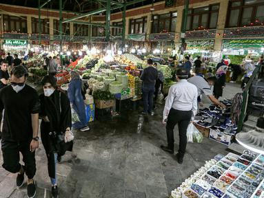 Suasana kesibukan pasar Tajrish selama bulan suci Ramadan di Taheran, Iran (25/4/2020). Di pasar ini pedagang dan pembeli beraktivitas mengenakan alat pelindung seperti masker dan sarung tangan akibat pandemi coronavirus COVID-19. (AFP/Atta Kenare)