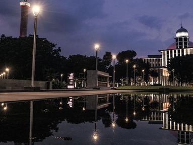 Suasana malam di Masjid Istiqlal, Jakarta, Senin (22/2/2021). Masjid Istiqlal rampung direnovasi dengan ditandai peresmian oleh Presiden Joko Widodo pada 7 Januari 2021 setelah melalui waktu pengerjaan selama 14 bulan dengan memakan biaya sebesar Rp511 miliar. (merdeka.com/Iqbal S Nugroho)