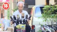Ilustrasi pria lansia yang memasang 11 unit ponsel di sepedanya demi berburu Pokemon. (Foto: Brilio)