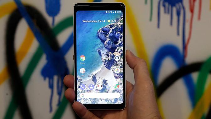 Tampilan layar depan ponsel Pixel XL 2 saat acara Google di SFJAZZ Center, California, Rabu (4/10). Fasilitas kamera pada Pixel 2 dan Pixel 2 XL memiliki resolusi 12 megapixel untuk kamera belakang dan 8 megapixel untuk kamera depan. (AP Photo/Jeff Chiu)