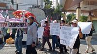 Warga Desa Candisari Kecamatan Mranggen Demak Jawa Tengah menggelar aksi teatrikal menuntut penutupan TPA di wilayahnya, Senin 7/6/2021. (Foto: Liputan6.com/Kusfitria Marstyasih)