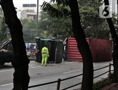 Truk Kontainer Terguling, Jalan S Parman Macet