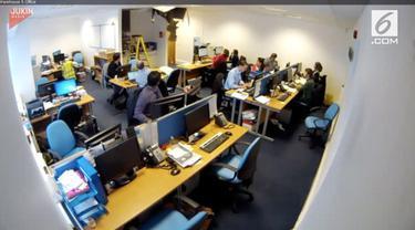 Pekerja konstruksi jatuh dari langit-langit ruangan kantor. Beruntung ia selamat dan ditolong oleh karyawan yang berada di ruangan.