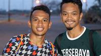 Irfan Jaya dan Muhammad Hidayat, dua sahabat yang bahu membahu di Persebaya. (Bola.com/Aditya Wany)