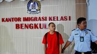 Tang Xun Qi (28) WNA asal Tiongkok diamankan pihak Imigrasi Kelas I Bengkulu karena tidak bisa menunjukkan dokumen resmi (Liputan6.com/Yuliardi Hardjo)
