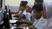 Sejumlah murid Sekolah Menengah Kejuruan (SMK) melaksanakan Ujian Nasional Berbasis Komputer (UNBK) di SMK Negeri 1, Jakarta, Senin (2/4). Adapun Ujian Nasional (UN) susulan untuk SMK akan diselenggarakan 17 hingga 18 April. (Liputan6.com/Arya Manggala)