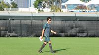 Pelatih Timnas Indonesia U-23, Luis Milla memimpin sesi latihan di Lapangan ABC Senayan, Jakarta (22/6/2018). Timnas melakukan persiapan untuk melawan Korea pada laga uji coba 23 Juni 2018. (Bola.com/Nick Hanoatubun)