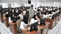 Kepala Badan Kepegawaian Negara (BKN) Bima Haria Wibisana (tengah) meninjau pelaksanaan Seleksi Kompetensi Dasar (SKD) berbasis Computer Assisted Test (CAT) untuk Calon Pegawai Negeri Sipil (CPNS) di Kantor BKN Pusat, Jakarta, Senin (27/1/2020). (merdeka.com/Iqbal S. Nugroho)
