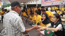Warga antre membeli sembako pada Pasar Murah Ramadan 2016 di kawasan SCBD, Jakarta, Selasa (31/5). Pasar Murah Ramadan 2016 yang diadakan oleh Artha Graha Peduli itu berlangsung dari 31 Mei hingga 5 Juli mendatang. (Liputan6.com/Gempur M Surya)
