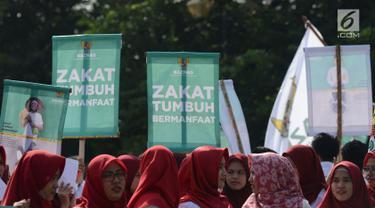 Badan Amil Zakat Nasional (Baznas) melakukan pawai simpatik menyambut Ramadan 1440 Hijriah di Patung Kuda, Jakarta, Jumat (3/5/2019). Dalam aksinya, Baznas menyerukan kewajiban membayar zakat, mengingat Ramadan semakin dekat. (merdeka.com/Imam Buhori)