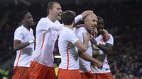 Para pemain Belanda merayakan gol ke gawang Wales pada laga persahabatan di Cardiff City Stadium, Cardiff, Sabtu (14/11/2015) dini hari WIB. (AFP PHOTO / Oli Scarff)