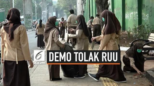 Siswa dan guru SAN 24 Jakarta bergotong royong membersihkan sampah sisa demo mahasiswa yang berakhir rusuh. Proses belajar mengajar tidak berjalan karena lingkungan kotor masih ada sisa gas air mata yang terhirup oleh siswa.