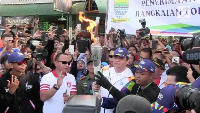Api obor Asian Games 2018 tiba di Kota Bandung. Hari ini api tersebut akan diarak keliling Kota Bandung.