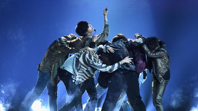 Bangtan Boys atau yang lebih dikenal dengan BTS tampil di atas panggung Billboard Music Awards 2018 di Las Vegas, Minggu (20/5). BTS membawakan lagu terbarunya, 'Fake Love' di ajang penghargaan musik bergengsi itu. (Ethan Miller/GETTY IMAGES/AFP)#source%3Dgooglier%2Ecom#https%3A%2F%2Fgooglier%2Ecom%2Fpage%2F%2F10000