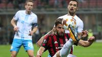 Gelandang AC Milan, Fabio Borini, menendang bola saat pertandingan melawan Rijeka pada laga Liga Europa di Stadion San Siro, Milan, Kamis (28/9/2017). AC Milan menang 3-2 atas  Rijeka. (AP/Matteo Bazzi)