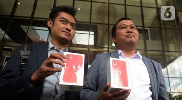 LSM MAKI menunjukkan iPhone 11 sebagai hadiah bagi yang memberikan informasi keberadaan Harun Masiku dan Nurhadi di Gedung KPK, Jakarta, Jumat (21/2/2020). Harun Masiku terkait dugaan suap penetapan anggota DPR Terpilih 2019-2024 dan Nurhadi kasus gratifikasi Rp 46 miliar. (merdeka.com/Dwi Narwoko)